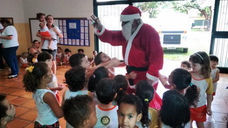 Distribuição de presentes alegra o Natal dos alunos da Casa da Criança