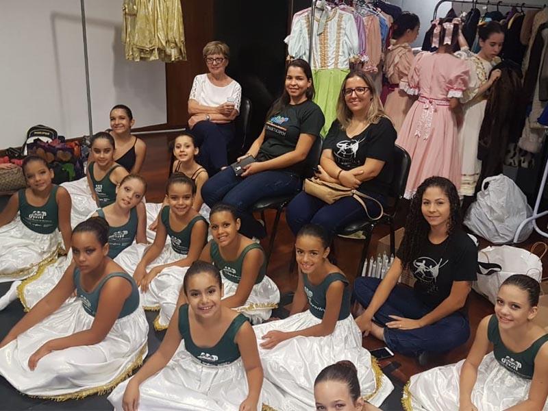 Bailarinos do IORM sobem ao palco para apresentação de O Quebra Nozes com a Cisne Negro Cia de Dança