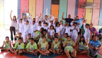Projeto Fábrica de Esporte faz entrega de uniformes para 149 alunos da Sogube