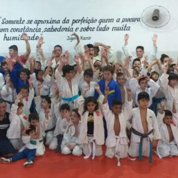 Projeto Judô Branco Zanol integra alunos na comemoração dos aniversariantes do mês