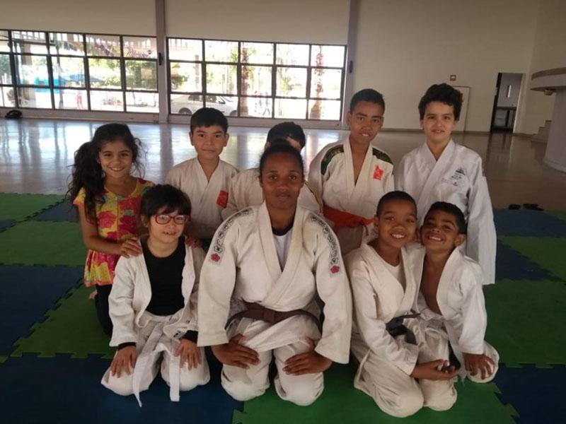 Judoca Karolyne de Paula visita turma do Projeto Judô Branco Zanol